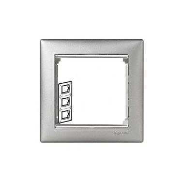 Legrand 770357 Рамка Valena 3 поста вертикальный монтаж алюминий/серебряный штрих